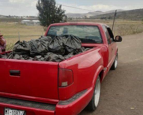 camioneta s10 roja con bolsas de carbón ilegal cargadas en la batea