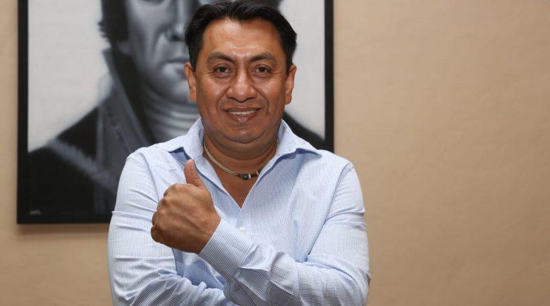 Carlos A Montaño con un cuadro del generalisimo Morelos a su espalda