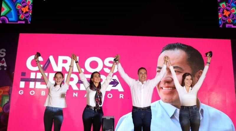 Candidato del PRIANRD Carlos Herrera con tres mujeres guapas levantando las manos en señal de victoria