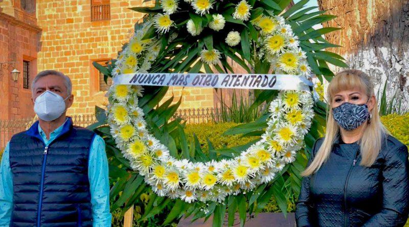 Cristobal Arias posa con una corona de flores en la placa conmemorativa del atentado del 2008 en la plaza Melchor Ocampo de Morelia