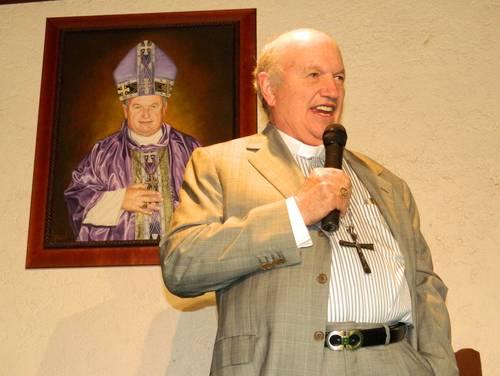 El exobispo Millonesimo Cepeda discursando con un cuadro del Papa a sus espaldadas