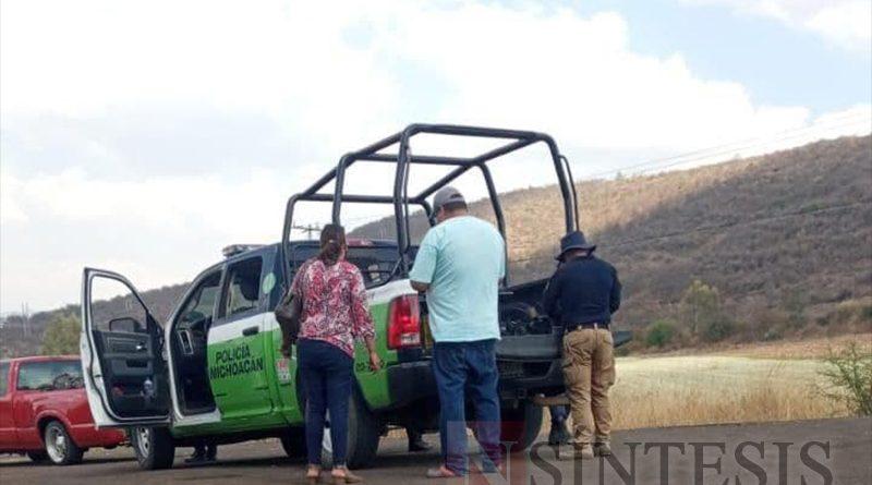Policias y propietarios discuten el asunto en la patrulla