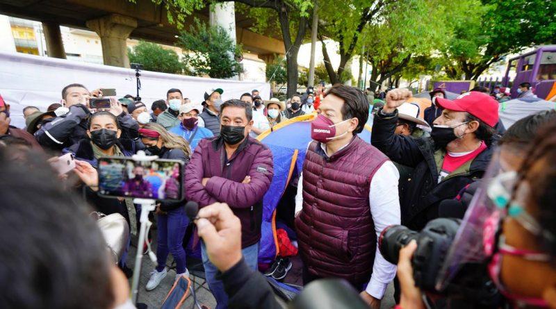 Felix salgado macedonio y mario delgado entre una multitud afuera del edificio del ine