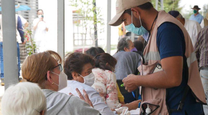 Joven de la brigada de vacunas atiente a adultos mayores