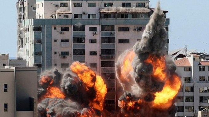 Israel derriba un edificio en Gaza de la prensa internacional