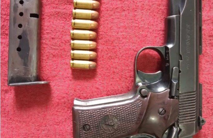 Dos detenidos en posesión de un arma de fuego, cartuchos y vehículo robado