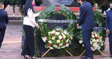 Adriana Hernández rinde honores a la Bandera Nacional y próceres de la patria